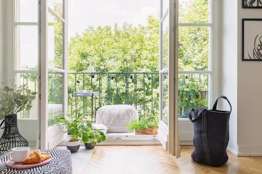 otwarte drzwi balkonowe